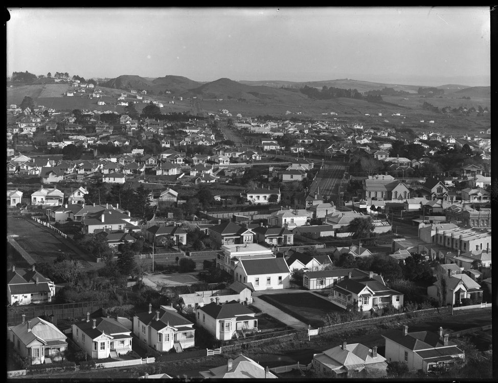 <p>Looking south from Mount Eden towards Three Kings (background), showing Mount Eden Road (right), 20 May 1913.</p>