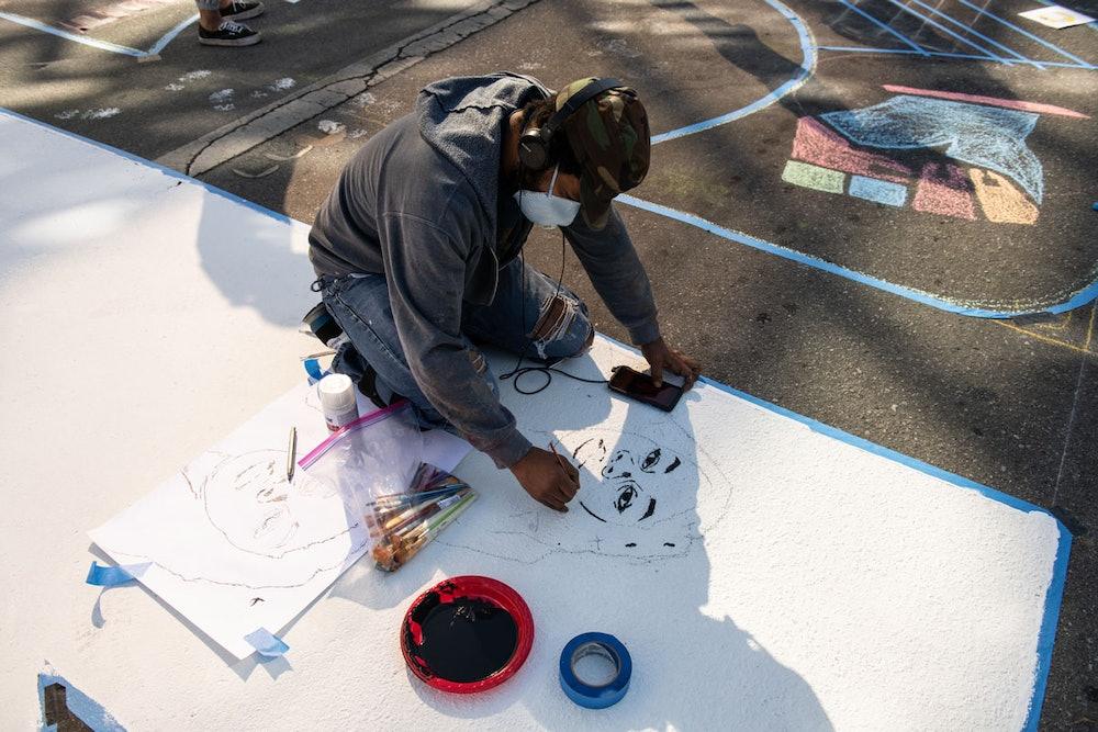 "<p>Artist Richard Hoffman painting the letter ""K""</p>"