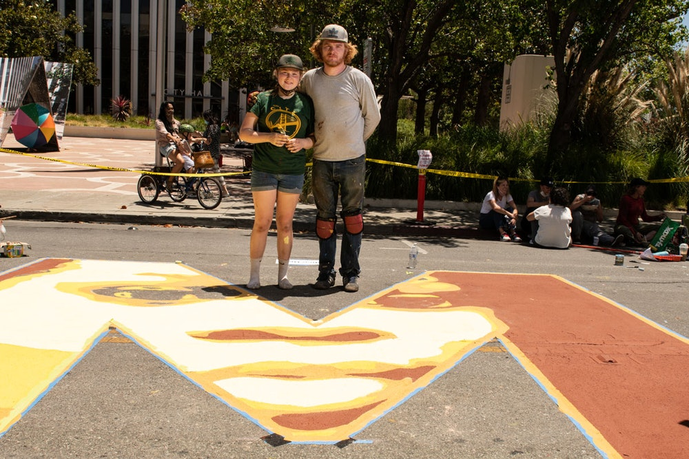 """<p>Artist Nico Berry and his daughter painting the letter """"M""""</p>"""