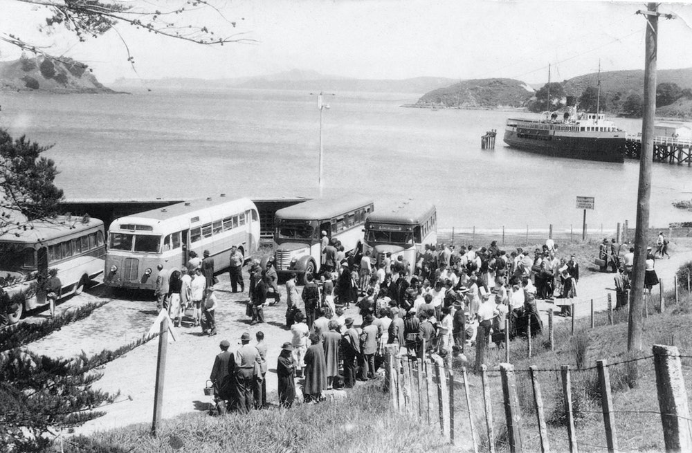<p>Passangers from the Muritai waiting for buses at Matiatia, c1940s. <em>Waiheke Historical Society collection.</em></p>