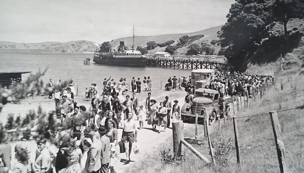 <p>Summer visitors arrive on the Muritai, gue for buses, January 1957. <em>W. Walker, Alexander Turnbull Library, PAColl-0785-1-148-028.</em></p>