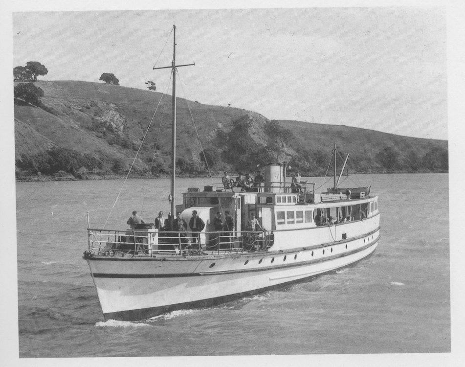<p>Motunui arriving at Matiatia in the 1950s. <em>David Balderston, The Waiheke Ferries of Auckland.</em></p>