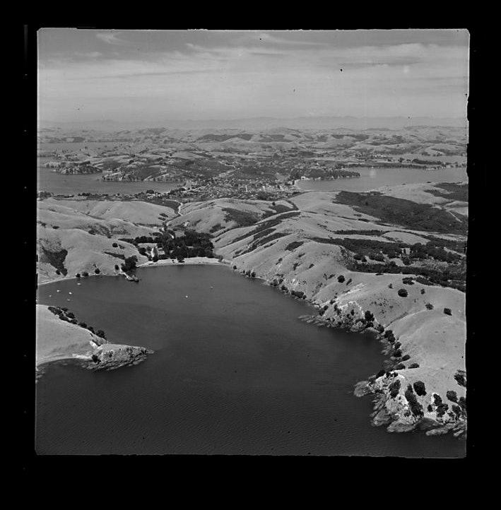 <p>Matiatai Bay, Oneroa, Waiheke Island, Auckland, 29th January 1954. <em>Whites Aviation Ltd :Photographs. Ref: WA-34327-F. Alexander Turnbull Library, Wellington, New Zealand. http://natlib.govt.nz/records/23528564</em></p>