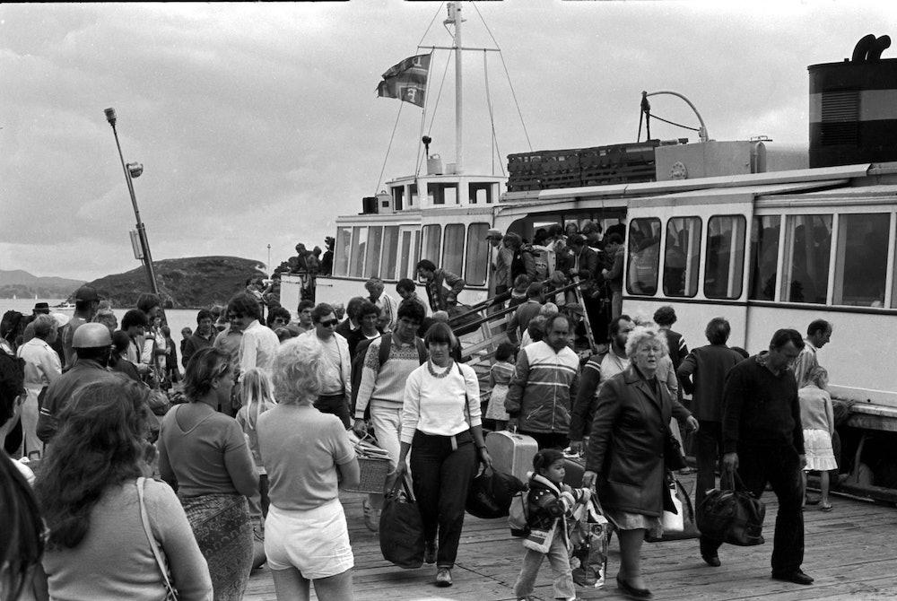 <p>A full Baroona arrives at Matiatia. <em>Gulf News, October 1983.</em></p>