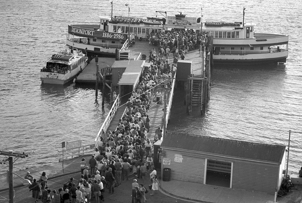 <p>The Kestrel off loading passangers at Matiatia, October, 1987. <em>Gulf News collection.</em></p>
