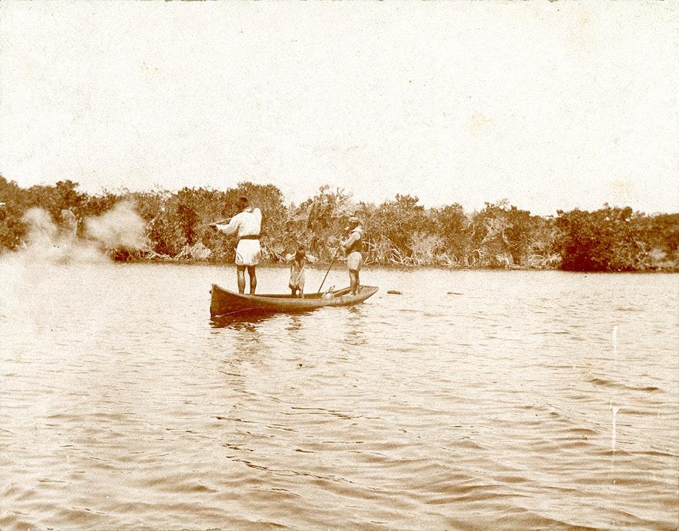 <p>Seminoles hunting alligators in dugout.</p>