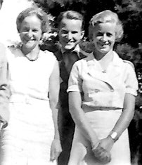 <p>The young adult children of Howard and Amy Rice (from left) Marion, Howard, Jr. and Eleanor  outside the Chestnut Hill house where they grew up, circa 1930s. (Rice family photo)</p>